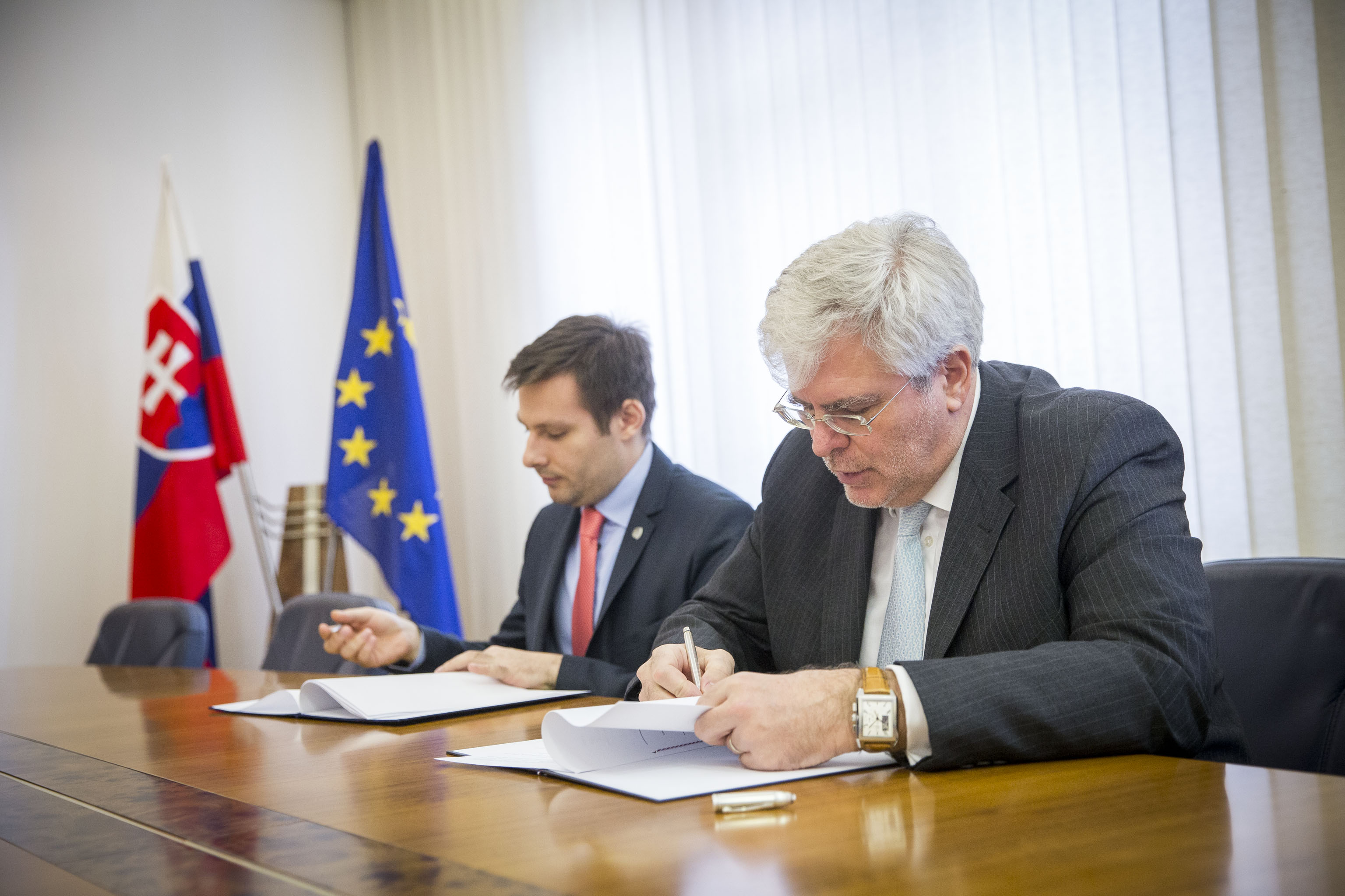State Secretary of the Slovak Foreign and European Affairs Ministry Igor Slobodník and Managing Director of the Slovak Atlantic Commission Milan Solár signed an agreement on cooperation in preparing the GLOBSEC 2016 strategic security forum.