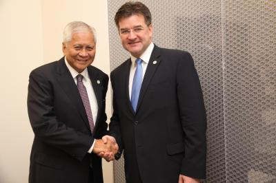 With the Foreign Affairs Minister of the Republic of Philippines Alberto del Rosario.
